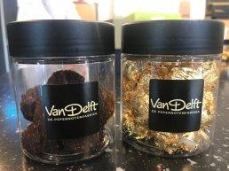 Van Delft uit Harderwijk maakt 'duurste pepernoot ooit' met gouden jasje