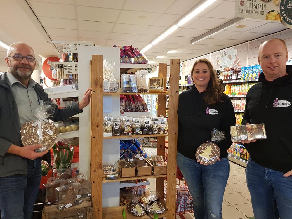 Uitbaters IJssalon Stientje mogen hun chocola gratis bij Spar uitstallen