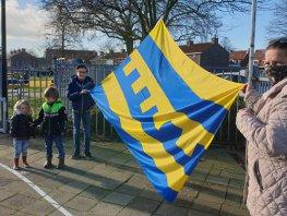 Kinderburgemeester van Harderwijk hijst nieuwe vlag in speeltuin Havenkwartier