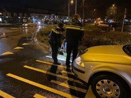 Fietser geschept door een auto op de rotonde Tweelingstad Deventerweg