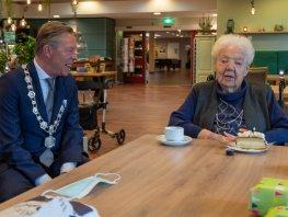 Honderdvier kaarsjes voor de oudste inwoner van Harderwijk