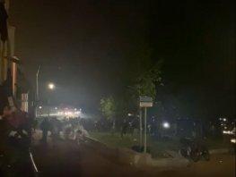 Politie jaagt honderden jongeren het Strandeiland af en de stad uit (Bekijk de video)