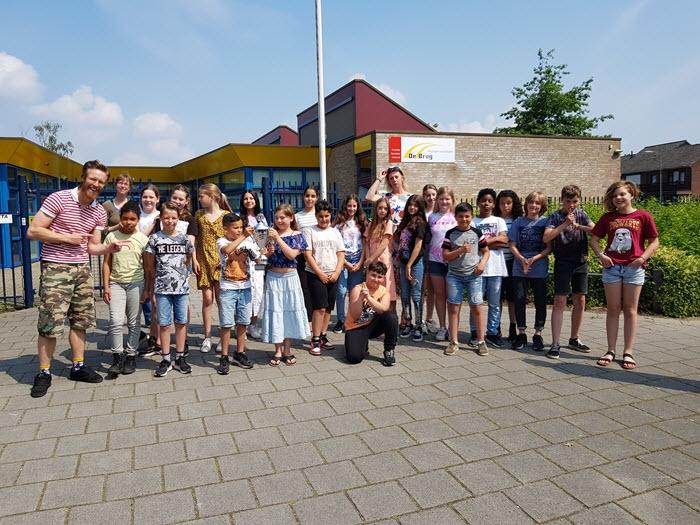 Groep 7 van CBS de Brug uit Harderwijk wint de Grote Spreekwoorden Trofee van Met je Neus in de Boter!