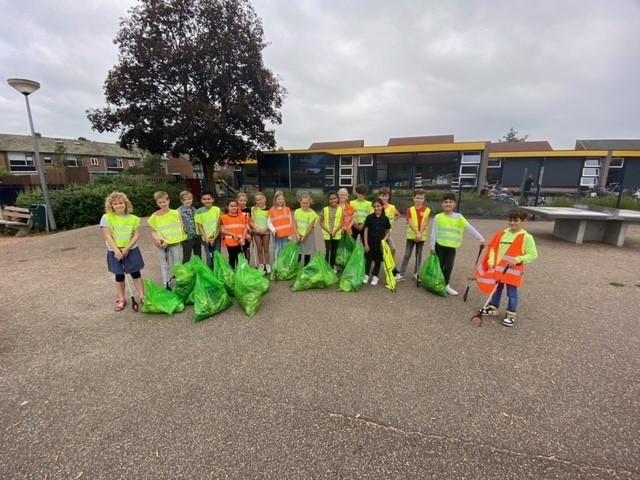 Groep zes van basisschool de Brug doet mee aan wereldwijde opruimdag 2