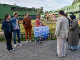 AZC Harderwijk ontvangt cheque van leerlingen Christelijk College Nassau-Veluwe